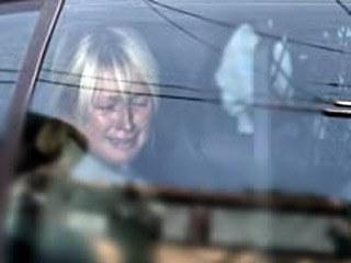Хилтон провела в тюрьме всего три дня из назначенного 45-дневного срока в связи с ухудшением состояния ее здоровья. Ее освободили по решению шерифа, поместив под домашний арест с электронным браслетом на лодыжке, который сигнализировал полиции о ее местонахождении.